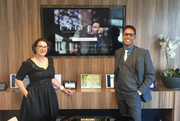 À esquerda Tatiana Gruberger, diretora comercial ENIT À direita Bruno Marciano, diretor comercial Projelet ECOM